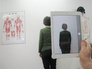 身体の歪みをiPadで確認